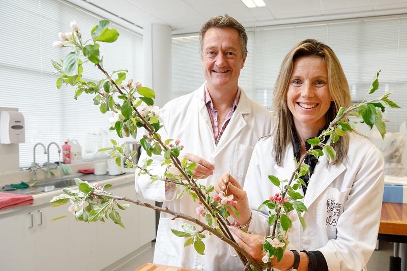 Al and Jo in lab
