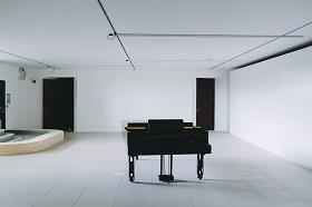 Grand Piano in empty room. Credit Adrien Olichon.