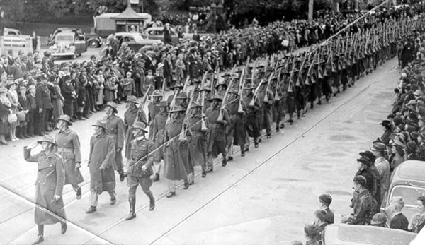 Military parade in macquarie st, hobart, in 1940 (aot, ph30/1/3754)
